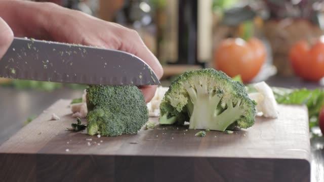 vidéos et rushes de hacher des aliments vegetables.healthy. cuisine colorée - plan en travelling