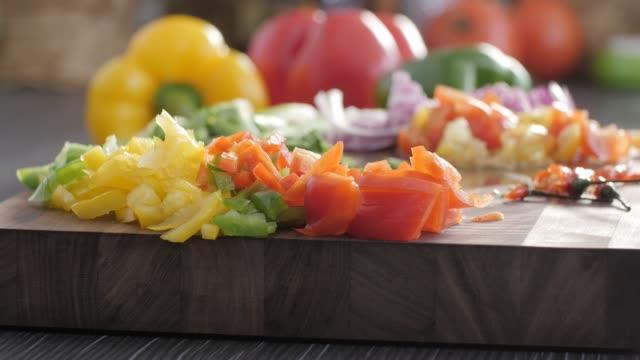 rohkost. hacken sie vegetables.healthy essen. bunte küche - kamerafahrt auf schienen stock-videos und b-roll-filmmaterial