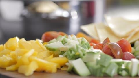 rohkost. hacken sie vegetables.healthy essen. bunte küche - gesunder lebensstil stock-videos und b-roll-filmmaterial