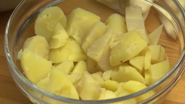 chopped potatoes in glass bowl - マッシュポテト点の映像素材/bロール