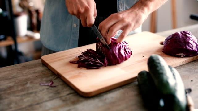 紫キャベツのみじん切り - キッチンナイフ点の映像素材/bロール