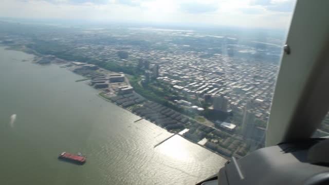 vidéos et rushes de chopper aerial view of manhattan in new york city (no audio) - vue subjective d'un hélicoptère