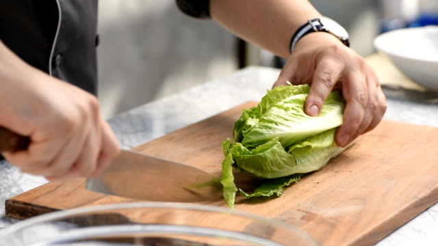 chopping a head of lettuce - mostrare video stock e b–roll
