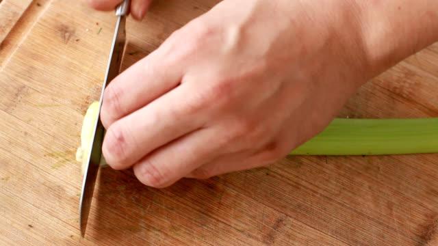 vídeos y material grabado en eventos de stock de picar apio - delgado