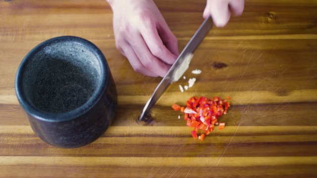 chopping garlic clove - chilli con carne video stock e b–roll