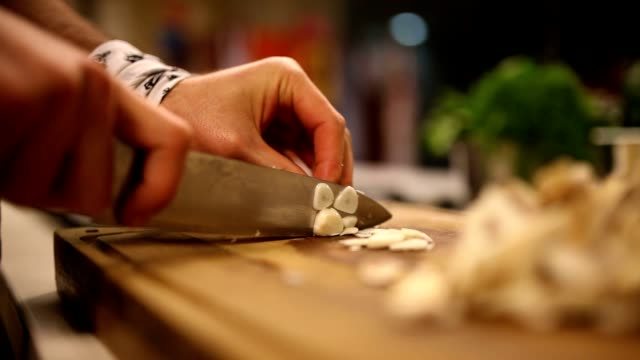 stockvideo's en b-roll-footage met chopping garlic - kok