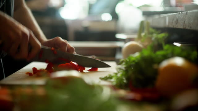vídeos de stock e filmes b-roll de chopping peppers in a restaurant - gastrónomo