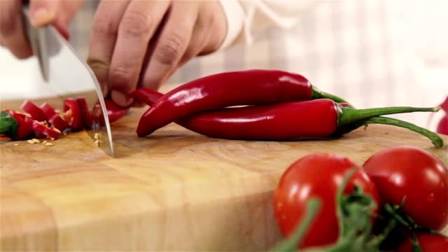 tagliare a pezzetti rosso chillies - peperoncino video stock e b–roll