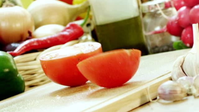 vidéos et rushes de couper en morceaux de tomate dans la cuisine - couper