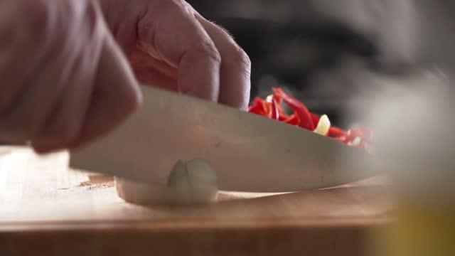 hugga grönsaker i köket - människofinger bildbanksvideor och videomaterial från bakom kulisserna