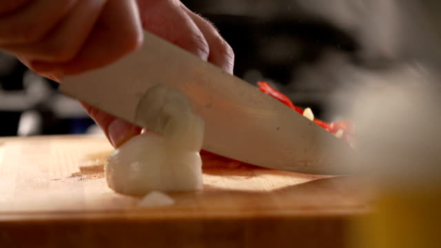 vídeos de stock e filmes b-roll de chopping vegetables - slow mo - câmara lenta