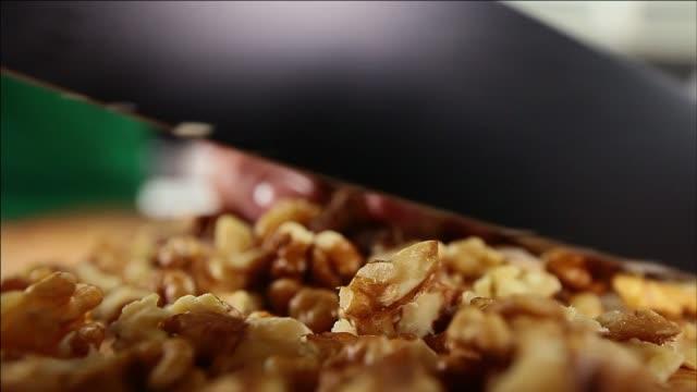 chopping walnuts - キッチンナイフ点の映像素材/bロール