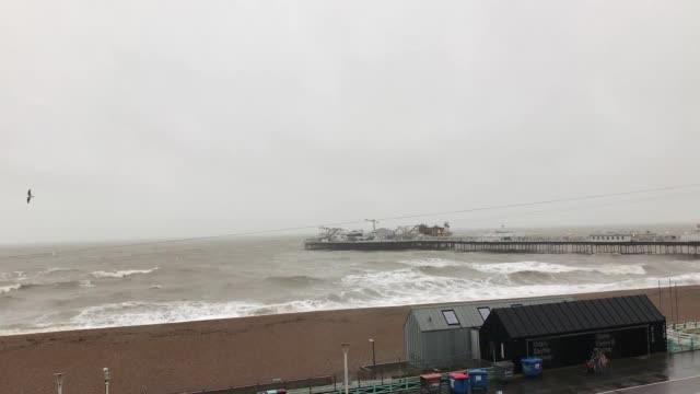 choppy waters surround the pier in brighton west sussex as the uk prepares for storm jorge over the weekend forecaster met eireann said it has... - 英国 ブライトン点の映像素材/bロール