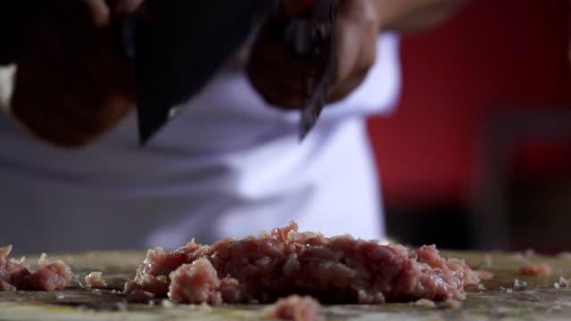 chops schweinefleisch mit einem messer - kotelett stock-videos und b-roll-filmmaterial