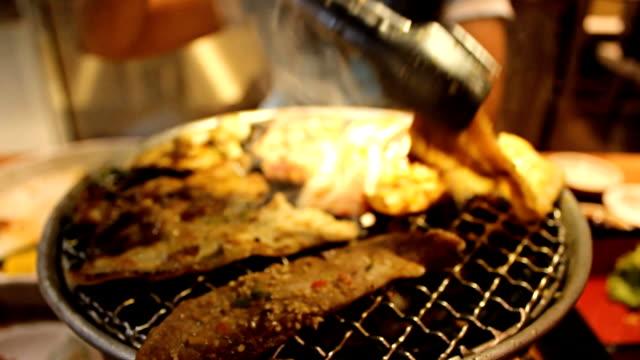 stäbchen und barbecue-grill - kalbfleisch stock-videos und b-roll-filmmaterial