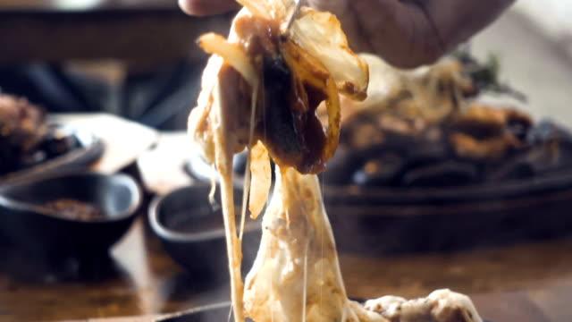 箸、チーズを保持伝統的な韓国料理 - 顕花植物点の映像素材/bロール