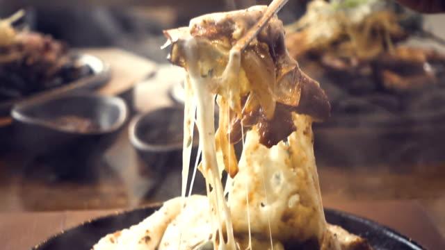 箸、チーズを保持伝統的な韓国料理 - dairy product点の映像素材/bロール