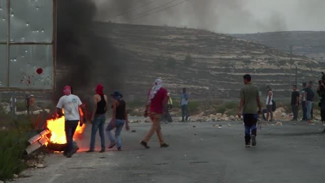 choques violentos tuvieron lugar en ramala este domingo despues de que israel decidiera prohibir la entrada de palestinos a la ciudad vieja de... - entrada stock videos and b-roll footage