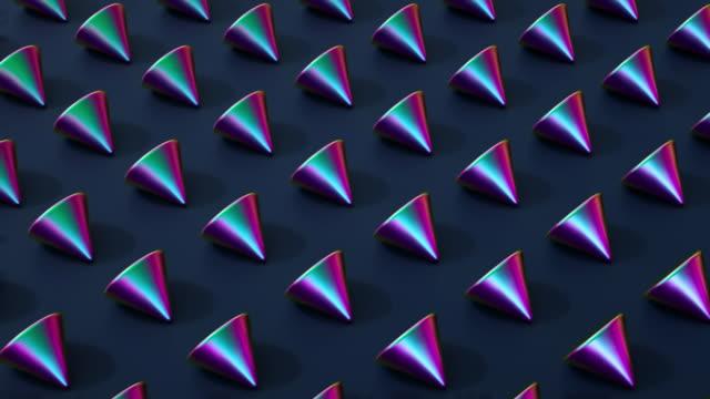 vídeos de stock, filmes e b-roll de cones coreografados loop (iridescente) - formas geométricas
