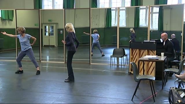 choreographer dame gillian lynne dies aged 92; t07111438 / tx england: london: gillian lynne in rehearsal with dancers in studio - ニナ・ホサイン点の映像素材/bロール