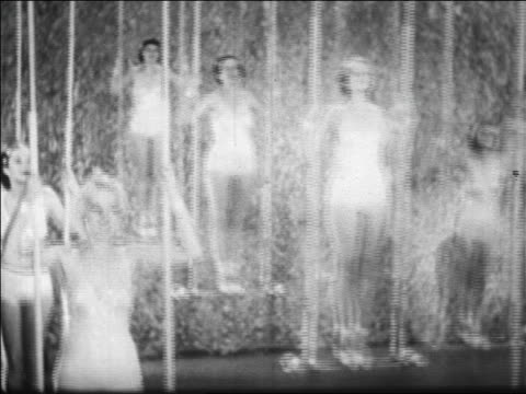 vidéos et rushes de b/w 1928 chorus girls standing on swings in nightclub floorshow / nyc / newsreel - balançoire