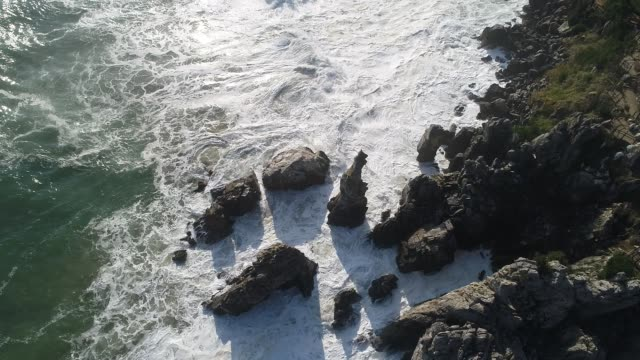 vídeos de stock, filmes e b-roll de chotdaebawi rock (candlestick shaped rock) at chuam beach / donghae-si, gangwon-do, south korea - penedo