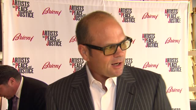 chris bauer on being a part of the night what he appreciates about the brand what he thinks of the store and it's new location how he'd describe his... - sense stock-videos und b-roll-filmmaterial