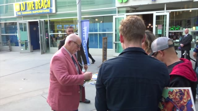 vidéos et rushes de chris claremont signs for fans outside the legion season 3 premiere at arclight cinemas in hollywood in celebrity sightings in los angeles, - arclight cinemas hollywood