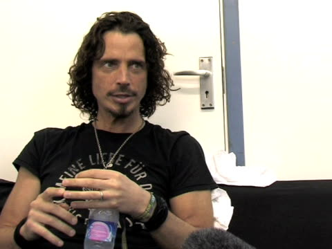 vidéos et rushes de chris cornell on spinal tap and other rock movies at the download festival 2009 at derby england - rock moderne