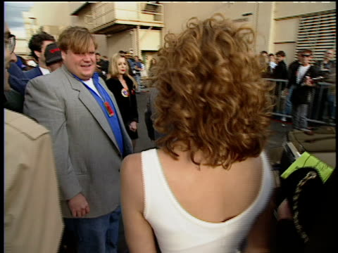 chris farley and sarah jessica parker are saying hello to each other at the 1993 mtv movie award arrivals - mtv1 stock-videos und b-roll-filmmaterial