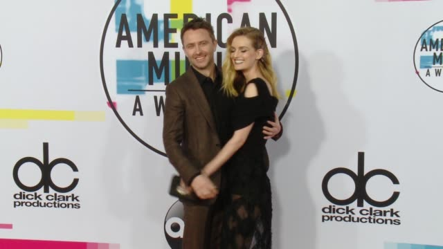 chris hardwick and lydia hearst at 2017 american music awards on november 19 2017 in los angeles california - american music awards video stock e b–roll