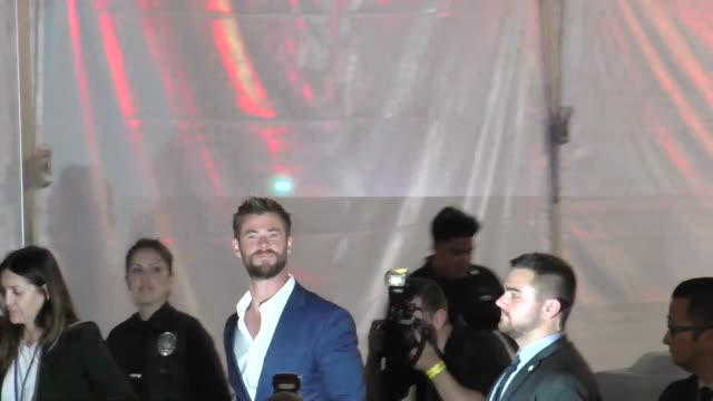 chris hemsworth arriving at the thor premiere at el capitan theatre in hollywood on october 10, 2017 at celebrity sightings in los angeles. - エルキャピタン劇場点の映像素材/bロール
