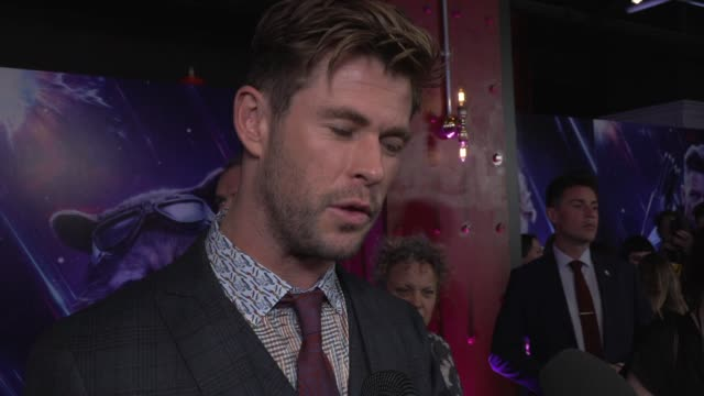 vídeos de stock, filmes e b-roll de chris hemsworth on his character keeping secrets london and seeing the film on april 10 2019 in london united kingdom - entrevista formato bruto