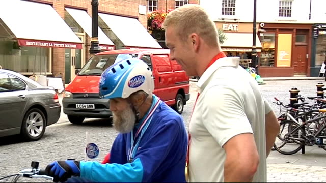 chris hoy meets buster martin: photocall; england: london: ext buster martin talking with olympic triple gold medal winning cyclist chris hoy, who is... - hoy stock videos & royalty-free footage