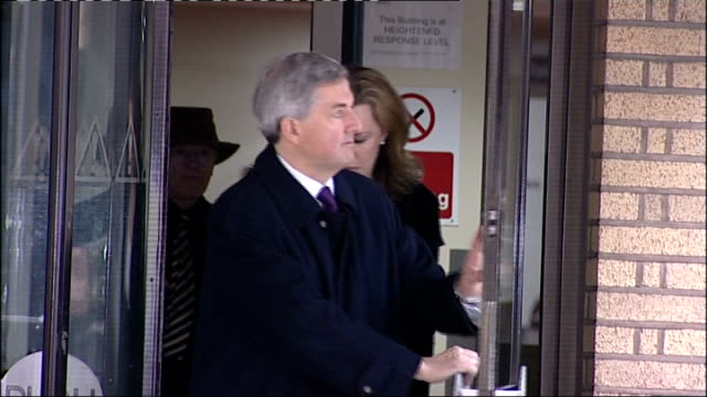 chris huhne and his wife bailed in speeding case; england: london: southwark crown court: ext **flashlight photography** chris huhne mp out of court... - クリス ヒューン点の映像素材/bロール