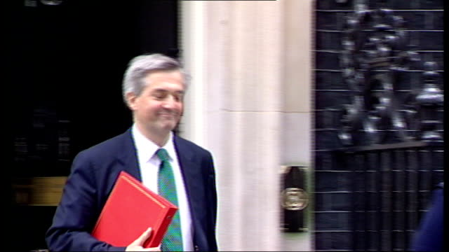 chris huhne and vicky pryce both jailed for 8 months for perverting the course of justice lib ext huhne departing number 10 and along end lib - クリス ヒューン点の映像素材/bロール