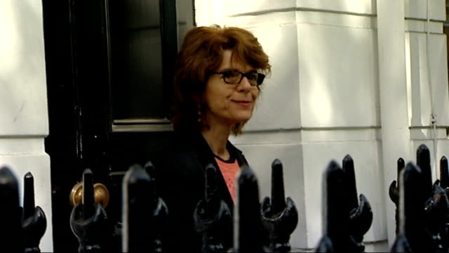 chris huhne and vicky pryce freed from prison; clapham: ext vicky pryce along to house through press scrum and poses for photocall on doorstep... - クリス ヒューン点の映像素材/bロール