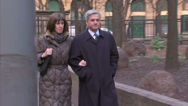 chris huhne & carina trimingham arrive at southwark crown court chris huhne arrives at court on february 04, 2013 in london, england - クリス ヒューン点の映像素材/bロール