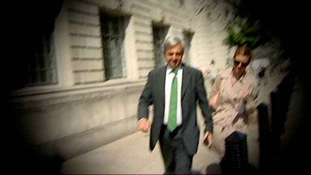 chris huhne denies he dodged penalty points for speeding; t04051124 england: london: ext slow motion graphicised shot chris huhne mp along - クリス ヒューン点の映像素材/bロール