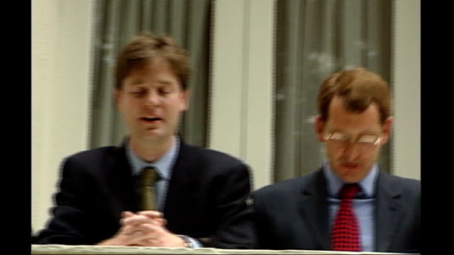 chris huhne resigns from cabinet to face charges of perverting the course of justice; 1999 location unknown: along huhne and clegg on balcony 2007... - クリス ヒューン点の映像素材/bロール
