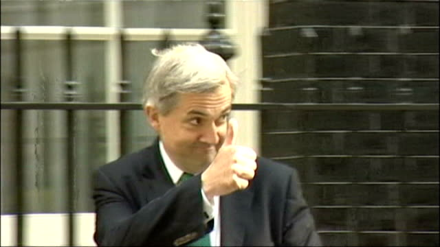 chris huhne speeding allegations: newspaper email evidence to be handed to police; lib downing street: slow motion chris huhne along to cabinet... - クリス ヒューン点の映像素材/bロール