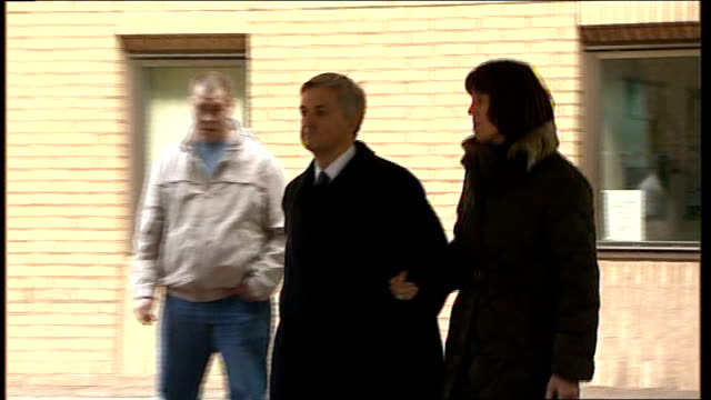 chris huhne speeding trial: jury hears that wife sought revenge; 4.2.2013 chris huhne mp leaving court with partner, carina trimmingham huhne and... - クリス ヒューン点の映像素材/bロール