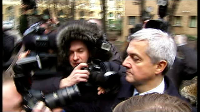 vicky pryce continues to give evidence t04021301 / tx southwark crown court huhne and girlfriend carina trimmingham through press scrum and into car... - ビッキー・プライス点の映像素材/bロール