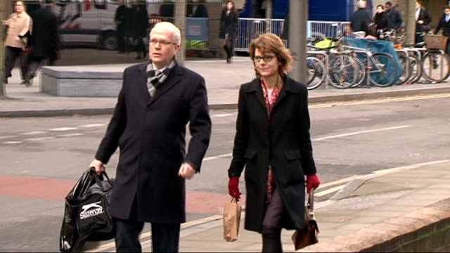 vicky pryce continues to give evidence england london southwark crown court photography** vicky pryce arriving at court with unidentified man then... - ビッキー・プライス点の映像素材/bロール