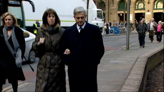 vicky pryce continues to give evidence r04021303 / chris huhne mp arriving at court with girlfriend carina trimingham - ビッキー・プライス点の映像素材/bロール