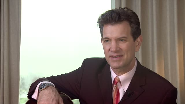 vídeos de stock, filmes e b-roll de chris isaak on the differences between making music and making movies at chris isaak interview the royal garden hotel on 24th january 2012 in london - chris isaak