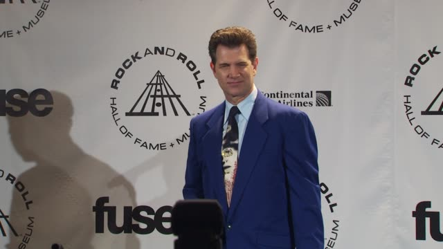 vídeos de stock, filmes e b-roll de chris issak at the 25th annual rock and roll hall of fame induction ceremony press room at new york ny - chris isaak