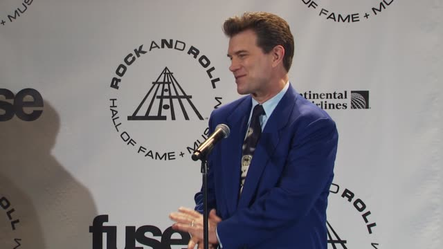 vídeos de stock, filmes e b-roll de chris issak on what is in his record collection at the 25th annual rock and roll hall of fame induction ceremony press room at new york ny - chris isaak