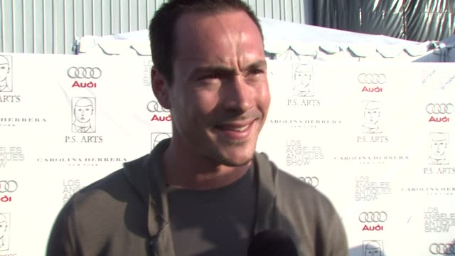 vídeos de stock, filmes e b-roll de chris klein on attending tonight's event on if he's a collector of antiques and if so if he'll be doing any shopping and on his reaction to miss... - rainha de beleza