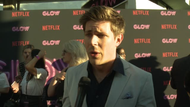 interview chris lowell on glow on the strong women on the show and on set being a guy working with a cast and crew of so many women how a show like... - arclight cinemas hollywood video stock e b–roll